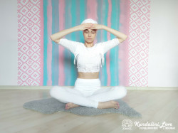 Девять одноминутных поз 7. Упражнение Кундалини Йоги картинка