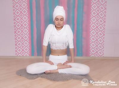 Глубокое дыхание в простой позе. Упражнение Кундалини Йоги картинка