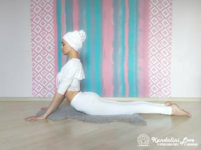 Касание руками ягодиц в Позе Кобры 1. Упражнение Кундалини Йоги картинка