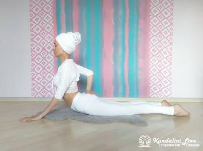 Касание руками ягодиц в Позе Кобры 3. Упражнение Кундалини Йоги картинка