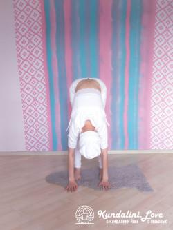 Наклоны, касаясь ладонями пола 2. Упражнение Кундалини Йоги картинка