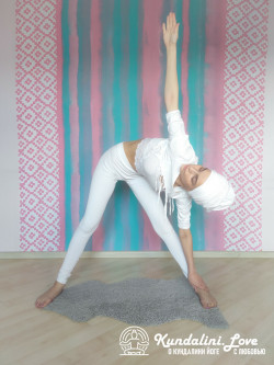 Наклоны в стороны 3. Упражнение Кундалини Йоги картинка