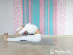 Наклоны вперед, касаясь лбом коленей 1. Упражнение Кундалини Йоги картинка