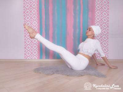 Ноги и корпус на 60 градусов. Упражнение Кундалини Йоги картинка