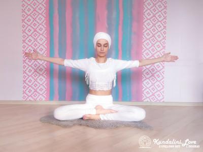 Отклонения назад в Простой Позе 1. Упражнение Кундалини Йоги картинка