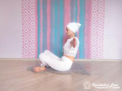 Отклонения назад в Простой Позе 2. Упражнение Кундалини Йоги картинка