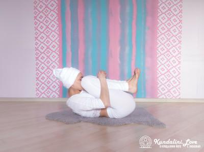 Перекаты на спине. Асана Кундалини Йоги картинка