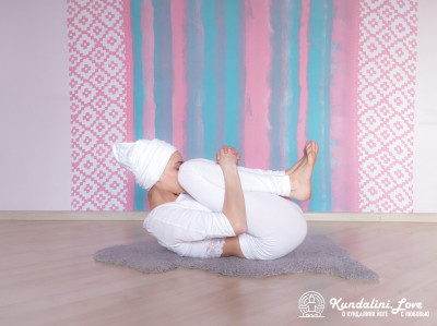 Перекаты на спине «роликом». Упражнение Кундалини Йоги картинка