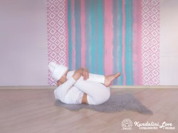 Перекаты на спине. Упражнение Кундалини Йоги картинка