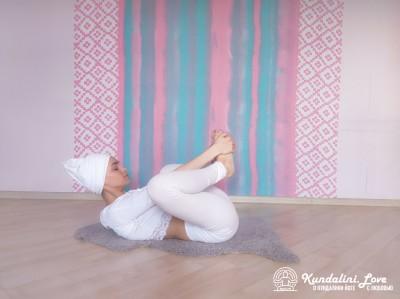 Перекаты на спине вперед-назад 1. Упражнение Кундалини йоги картинка