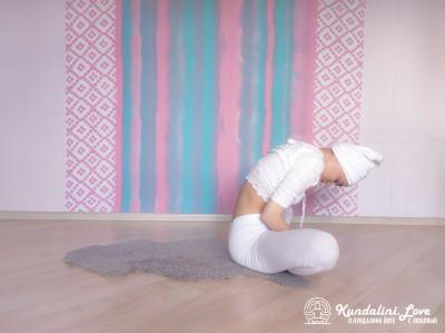 Перекаты на спине вперед-назад 2. Упражнение Кундалини йоги картинка