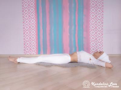 Подъемы ног на 90 градусов. Упражнение Кундалини Йоги 1 картинка