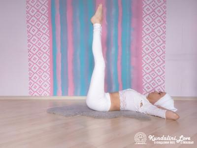 Подъемы ног на 90 градусов. Упражнение Кундалини Йоги 2 картинка