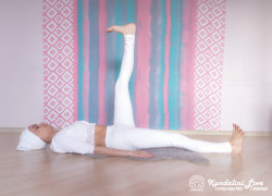 Подъемы ног на 90 градусов поочередно 2. Упражнение Кундалини Йоги картинка