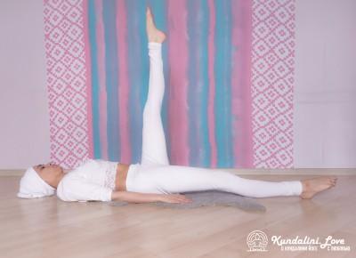 Подъемы ног поочередно — Упражнение Кундалини Йоги 1 картинка