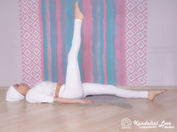Подъемы ног на 90 градусов поочередно 3. Упражнение Кундалини Йоги картинка