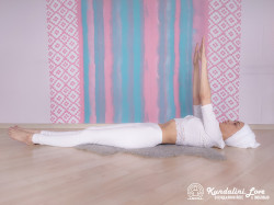 Подъемы рук и ног на 4 счета. Упражнение Кундалини Йоги 1 картинка