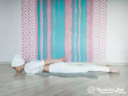 Поднимание головы и груди лежа на животе 1. Упражнение Кундалини Йоги картинка