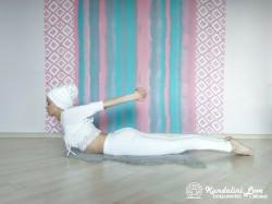 Поднимание головы и груди лежа на животе. Упражнение Кундалини Йоги картинка