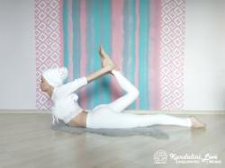Поднимание головы и груди лежа на животе и держась за лодыжку 1. Упражнение Кундалини Йоги картинка