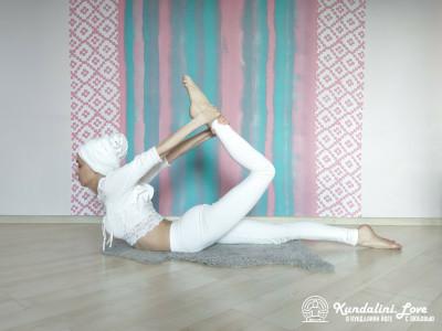 Поднимание головы и груди лежа на животе и держась за лодыжку 2. Упражнение Кундалини Йоги картинка