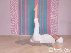 Поднимание обеих ног на 90 градусов с медленным дыханием. Упражнение Кундалини Йоги картинка
