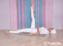 Поочередное удерживание ног под прямым углом. Упражнение Кундалини Йоги 1 картинка