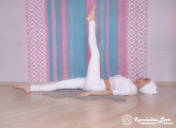 Поочередное удерживание ног под прямым углом. Упражнение Кундалини Йоги 2 картинка