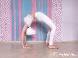 Поочередные подъемы ног из Позы Колеса 1. Упражнение Кундалини Йоги картинка