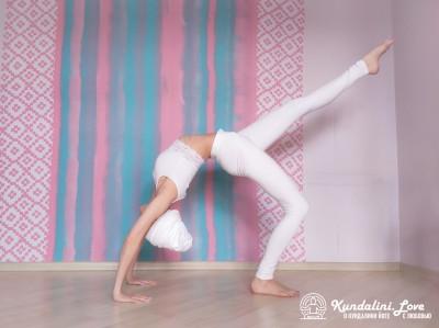 Поочередные подъемы ног из Позы Колеса 2. Упражнение Кундалини Йоги картинка