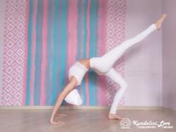 Поочередные подъемы ног из Позы Колеса 3. Упражнение Кундалини Йоги картинка