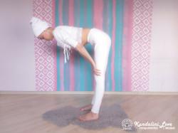 Повороты головой стоя, наклонившись вперед 1. Упражнение Кундалини Йоги картинка