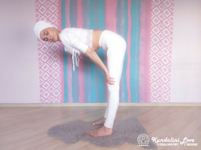 Повороты головой стоя, наклонившись вперед 2. Упражнение Кундалини Йоги картинка