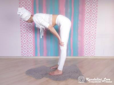 Повороты головой стоя, наклонившись вперед 3. Упражнение Кундалини Йоги картинка