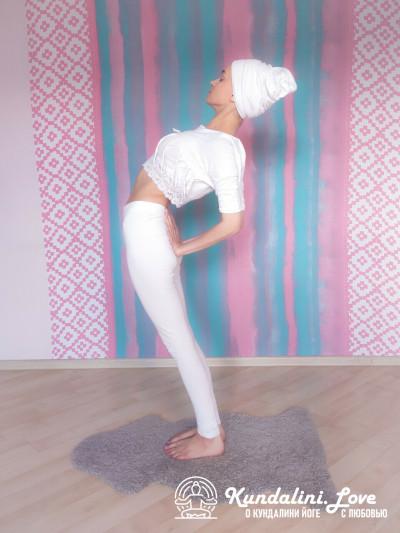 Повороты головой стоя, прогнувшись назад 1. Упражнение Кундалини Йоги картинка