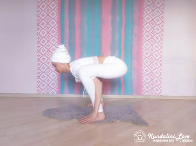 Повороты головой в Позе Стула 1. Упражнение Кундалини Йоги картинка