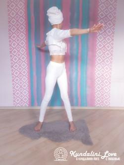 Повороты корпуса из положения стоя 2. Упражнение Кундалини Йоги картинка