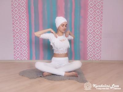 Повороты позвоночника в Простой Позе 1. Упражнение Кундалини Йоги картинка