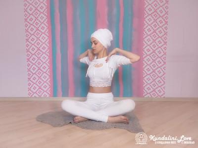 Повороты позвоночника в Простой Позе 2. Упражнение Кундалини Йоги картинка
