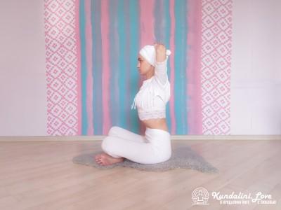 Повороты корпуса с постепенным наклоном 1. Упражнение Кундалини Йоги картинка