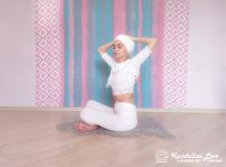 Повороты корпуса с постепенным наклоном 2. Упражнение Кундалини Йоги картинка