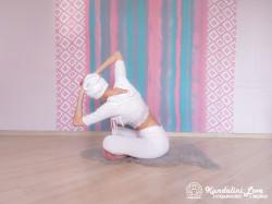 Повороты корпуса с постепенным наклоном 3. Упражнение Кундалини Йоги картинка