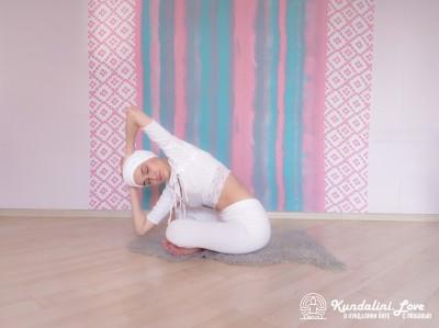 Повороты корпуса с постепенным наклоном 4. Упражнение Кундалини Йоги картинка