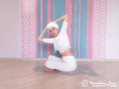 Повороты корпуса с постепенным наклоном 5. Упражнение Кундалини Йоги картинка