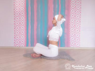 Повороты корпуса с постепенным наклоном 6. Упражнение Кундалини Йоги картинка