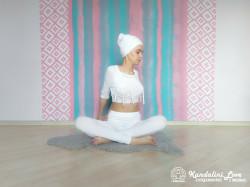Повороты в сторону в Простой Позе с руками за спиной 1. Упражнение Кундалини Йоги картинка