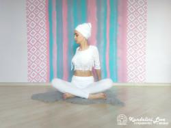 Повороты в сторону в Простой Позе с руками за спиной 2. Упражнение Кундалини Йоги картинка