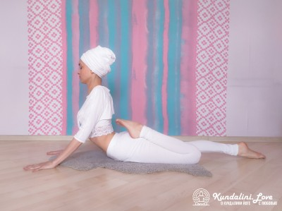 Поза Кобры с ударами по ягодицам 1. Упражнение Кундалини Йоги картинка