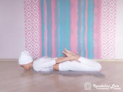 Поза лежа на животе, руки держат лодыжки. Упражнение Кундалини Йоги картинка