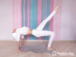 Поза моста с вытянутой ногой 1. Упражнение Кундалини Йоги картинка